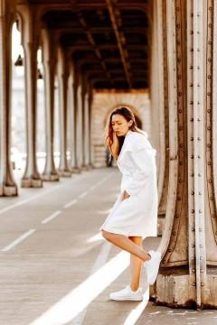 Manteau blanc Maëlle amasos porté vue de profil