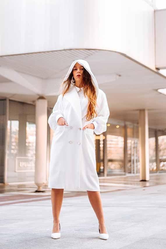 Manteau Morgane coupe droite croisé blanc porté