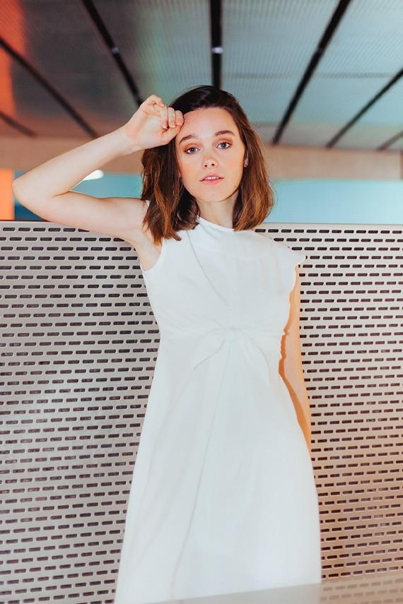 Robe blanche Audrey nouée à la taille