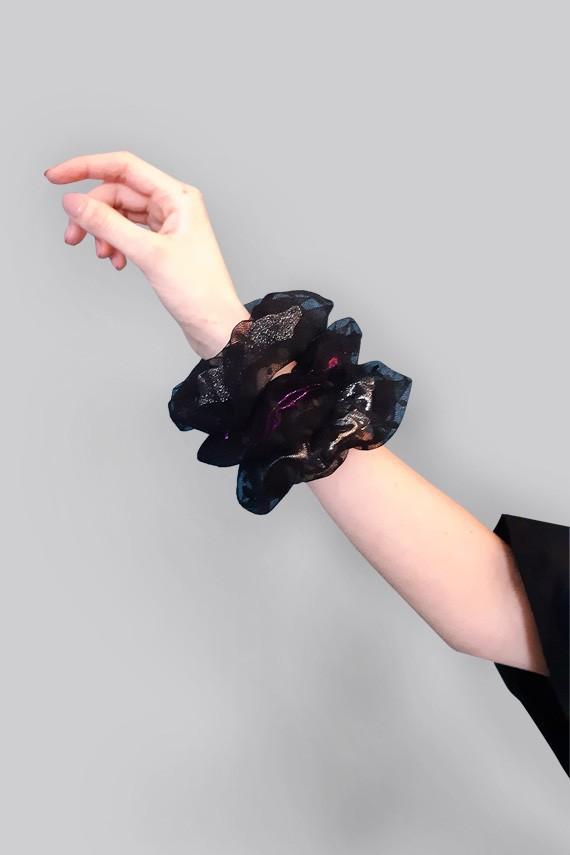 Chouchous pour cheveux noirs en tulle à personnaliser vue sur une main Amasos