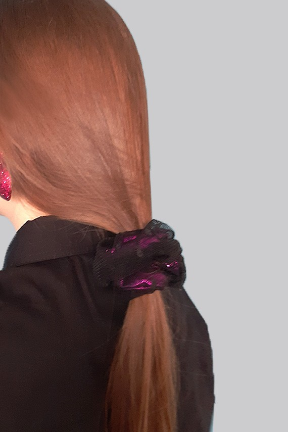 chouchou cheveux rose élégant sur queue de cheval