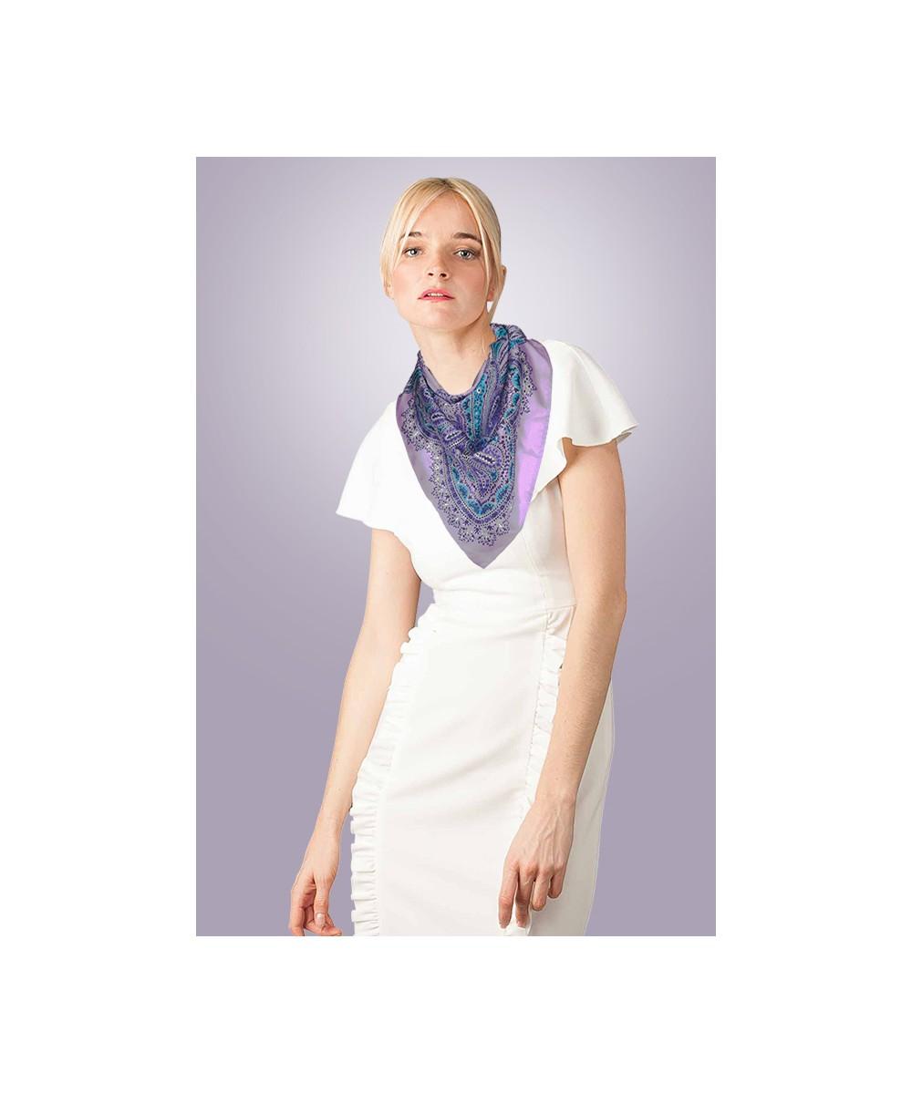 Foulard en soie haut de gamme mauve personnalisable porté amasos